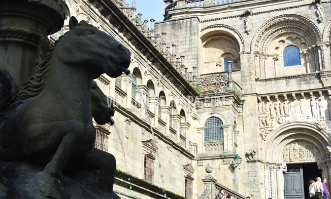 Puerta peregrinos Santiago Compostela en un día